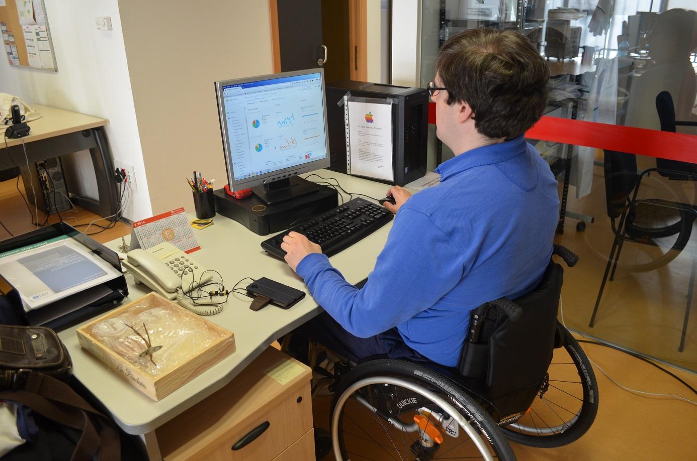 fotografía de una persona con discapacidad trabajando en una empresa