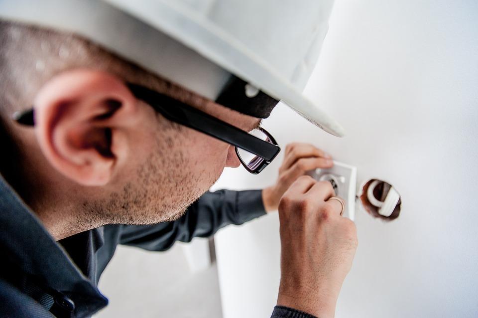 Electricista manipulando un enchufe